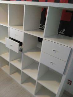 80€ SANTIAGO Estantería Kallax, de Ikea branca. 1,47 metros de altura e anchura x 38 cm de fondo. Inclúe 2 módulos-caixoneira, con 2 caixóns cada un. Mercado hai 10 meses. Urxe venda por mudanza.