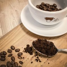 Coffee is not only a super wake-up call in the morning, but a real all-rounder for your daily beauty routine or as a useful helper in the household. Homemade Eye Cream, Open Secrets, Coffee Facts, Uses For Coffee Grounds, Coloring Easter Eggs, Easter Colors, Fresh Coffee, Blog, Household