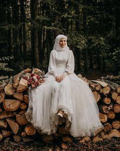 Sade ve Asil Gelinlik Modelleri Hijabi Wedding, Wedding Hijab Styles, Muslimah Wedding Dress, Muslim Wedding Dresses, Muslim Brides, Bridal Dresses, Wedding Gowns, Wedding Abaya, Dresses Dresses