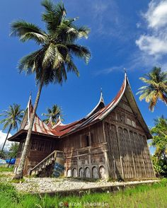 The Republic of Indonesia is an island nation in Southeast Asia. The distance from the most westerly point of Aceh to the eastern border . Vernacular Architecture, Architecture Design, Indonesian House, Monuments, Minangkabau, Carpe Koi, Island Nations, Village Houses, Architectural Features