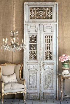 This is the perfect mix of rustic and glam. Loving the burlap wallpaper juxtaposed with the antique iron doors and fabulous chandelier. Gorgeous, gorgeous, gorgeous!