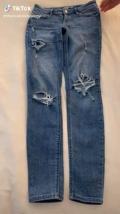 Diy Clothes Life Hacks, Diy Clothes And Shoes, Clothing Hacks, Amazing Life Hacks, Simple Life Hacks, Useful Life Hacks, Folding Jeans, Diy Fashion Hacks, Everyday Hacks