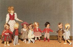 A collaborative information site with a quarterly ezine about dolls' houses: antique vintage and modern, plus furniture and accessories. Tiny Dolls, Old Dolls, Antique Dolls, Vintage Dolls, Dollhouse Family, Dollhouse Dolls, Miniature Dolls, Dolls House Figures, Doll Houses