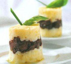 PASTEL DE PATATA Y MORCILLA Un kg de patatas 3 morcillas frescas de León Dos yemas de huevo grandes 50 gramos de mantequilla Un poco de queso de gratinar Sal