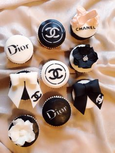 Black and white Chanel and Dior cupcakes Purse Cupcakes, Cupcakes Fondant, Chanel Cupcakes, Fondant Lace, Custom Cupcakes, Cupcake Cookies, 40th Birthday Cakes, Sweet 16 Birthday, Birthday Cookies