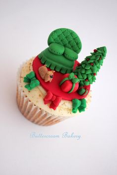 The Extraordinary Art of Cake: Buttercream Bakery Christmas Miniature Living Room Scene Cupcake