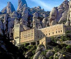 Catalonië | Prov. Barcelona: Klooster Montserrat - Tussen hoge bergen verscholen, op een hoogte van 720 meter, ligt op ongeveer 60 kilometer van Barcelona het 'Monastir de Montserrat, een b...