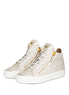 Ein Must-have für jede Fashionista: die Hightop-Sneaker KRISS von Guiseppe Zanotti! Hier überzeugen die große Label-Plakette an der Zunge, die goldfarbenen Metalldetails und die hochwertige Lederqualität in Reptil-Optik. Setzen Sie ein Statement mit diesen Luxus-Paar und unterstreichen Ihre coolen Outfits!Details:Hochwertiges Leder mit Reptil-OptikSchnürungZwei seitliche ReißverschlüsseGepolsterter SchaftrandGoldfarbene MetalldetailsKontrastierende Gummisohle Made in Italy