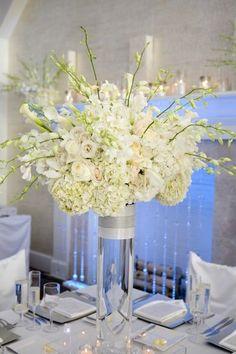 White tall centerpiece. Висока композиція з білих квітів.