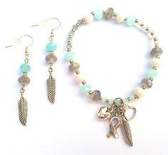 Sweet Shiny Aqua Grey & White armband en Shiny Aqua & Grey oorbellen voor Pink Ribbon € 21,95 -> Jewellicious Designs doneert € 3,74 aan Pink Ribbon.