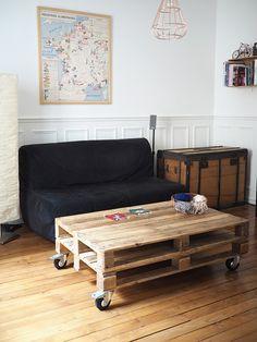 Après notre meuble d'entrée qui vous a beaucoup plu, deux ans plus tard, je vous montre enfin notre table basse créée avec des palettes. Une fois encore, elle est l'œuvre de Monsieur, mais aussi celle de mon frère ♡, et de moi un petit peu (oui, j'ai poncé 5 minutes au moins !) (et j'ai …