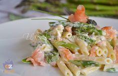 Pasta asparagi e salmone, un primo molto veloce preparato senza grassi in cottura e mantecato con del formaggio cremoso.