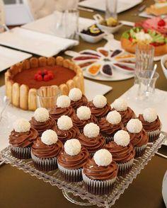 No photo description available. Chocolate Fairy Cakes, Easy Chocolate Cupcake Recipe, Chocolate Desserts, Cupcake Recipes, Dessert Recipes, Chocolate Cupcakes Decoration, Cap Cake, Pudding Cake, Mini Cheesecakes