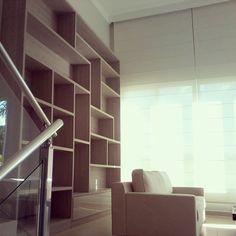 Sala de estar ganhando forma com biblioteca!!!! Por David Natto e Fernanda Santoro