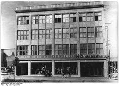http://www.app-in-die-geschichte.de/document/35134 Zentralbild 15.8.1952 Be.- HO-Warenhaus in Rostock. Am 14. August wurde in Rostock ein HO-Warenhaus eröffnet, das, nach Fertigstellung weiterer drei Bauabschnitte, das größte Warenhaus in der DDR wird.