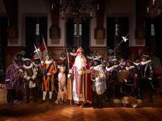 Vrijwilligers van het Kasteel van Sinterklaas op de foto in de stijl van de Nachtwacht.