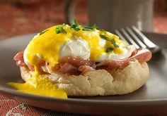 Impress your family with a fast luxurious breakfast. This eggs benedict dish recipe makes for the perfect addition to your brunch menu. Easy Eggs Benedict, Eggs Benedict Recipe, Egg Recipes, Diet Recipes, Cooking Recipes, Breakfast Casserole, Breakfast Recipes, Organic Yogurt, Whole Wheat Pizza