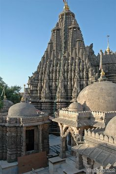 Jain Temples in Palitana, Gujarat, India. Palitana is the world's only mountain that has more than 900 temples. Indian Temple Architecture, Religious Architecture, Ancient Architecture, Amazing Architecture, Gothic Architecture, Temple Indien, Places To Travel, Places To Visit, Jain Temple