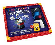 Les tours du parfait magicien - Coffret rigide de 23 x 19 cm. Comprend des cordes magiques, un dé, un paquet de 54 cartes, 2 petits pots magiques, une boite magique, une coupe magique, une bille rouge, une baguette magique, un livre d'apprentissage de 32 pages entièrement illustré. -   Age : 6 ans et plus -   Référence : 46684 #Jeux #Jouet #Famille #Enfant #Chalet #Vacances #Cadeau
