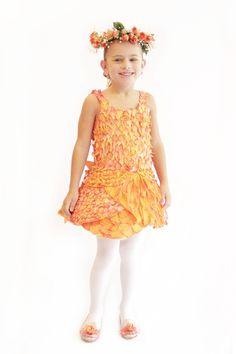 Hada de cuento de Princesas. Vestido hecho con flores naturales, Tiara de mini rosas y zapatos accesorizado con flores. Modelo: Ana Fer.