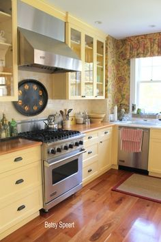 23 Charming Cottage Kitchen Design and Decorating Ideas that Will Bring Coziness to Your Home - The Trending House Cozy Kitchen, Kitchen Redo, Country Kitchen, New Kitchen, Kitchen Remodel, Happy Kitchen, Yellow Kitchen Cabinets, Kitchen Colors, Kitchen Yellow