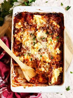 Lazy Lasagna is the ultimate weeknight dinner recipe! Ravioli Lasagne, Ravioli Casserole, Casserole Dishes, Casserole Recipes, Easy Baked Ravioli Recipe, Quick Tomato Soup, Lazy Lasagna, 5 Ingredient Dinners, Dinner With Ground Beef