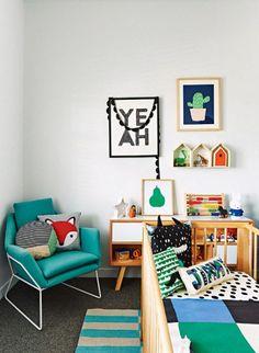 Touches de couleurs vives et bois dans un intérieur design