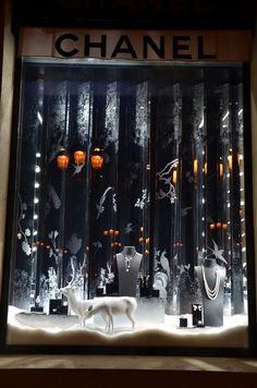 Imagini pentru window display for jewellery shop Window Display Design, Store Window Displays, Christmas Window Display Retail, Winter Window Display, Design Loft, Decoration Vitrine, Visual Merchandising Displays, Retail Windows, Showcase Design