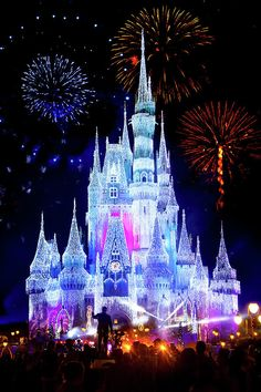 Magic Kingdom Fireworks by Mark Andrew Thomas - Disney World - Disney World Fotos, Disney World Pictures, Magic Kingdom Fireworks, Disney Magic Kingdom, Disney World Fireworks, Disney World Castle, Disney World Vacation, Disney Screensaver, Chateau Disney