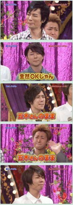 Arashi smiles... (Forced smile). Matsumoto Jun, Sakurai Sho, Ninomiya Kazunari, Ohno Satoshi, Aiba Masaki.