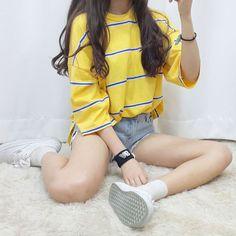 Dieser gelbe Pulli rockt die kure Jeans-Shorts! Dazu noch ein paar flache Schürschuhe - und am besten aufregende Socken! | Stylefeed