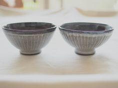 こんにちは。 Holding hands Heart です。  【新商品】「 ・月下陶房・象嵌飯わん/ライン 」入荷しました。   グレーの中にランダムに引かれた白い縦縞ライン。  シンプルな中にも  どこか愛嬌のある飯わんです。  手作りの温かさを感じられる一品です。  A・B揃えて夫婦茶碗にも。    http://kanden43.tokyo/shopdetail/000000000041/    #月下陶房  #象嵌  #飯わん  #ライン  #手作り  #夫婦茶碗  #陶器  #茶碗  #ナチュラル  #リンネル  #大人のおしゃれ手帖  #天然生活