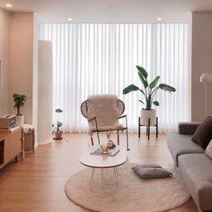 이미지: 사람들이 앉아 있는 중, 거실, 테이블, 실내 Studio Apartment Decorating, Apartment Interior, Interior Design Living Room, Living Room Designs, Small Room Bedroom, Room Decor Bedroom, My Living Room, Living Room Decor, Style At Home