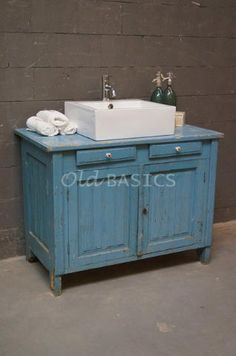 Onderkast 10072 - Brocante houten onderkast met een mooie geleefde uitstraling. De kast heeft een frisse blauwe kleur en prachtige sierlijsten op de deurtjes en zijkanten. Met twee lades en een open ruimte achter de deuren. Leuk te gebruiken als toilettafel!