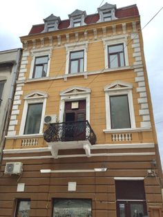 Romania, Multi Story Building, Garage Doors, Mansions, House Styles, Outdoor Decor, Home Decor, Decoration Home, Manor Houses