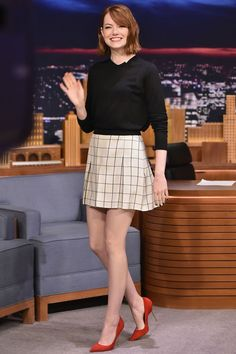 Emma Stone just seems like one cool chick. I love her acting, her wit, and her hair. Emma's style is as memorable as the Emma Stone Style, Emma Stone Body, Emma Stone Casual, Josh Duhamel, Alyson Hannigan, Jennifer Garner, Nyc Fashion, Skirt Fashion, Fashion Photo