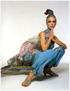 Diane is wearing silk harem pants with jewelled cuffs and flowing chiffon tunic by Pucci from his 1968 Spring-Summer collection, Photo Gian Paolo Barbieri Patti Hansen, Colorful Fashion, Trendy Fashion, Fashion Beauty, Timeless Fashion, Fashion Models, Lauren Hutton, Emilio Pucci, Style Caftan