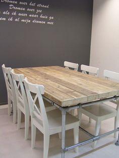 Tafel van steigerhout met poten van steigerbuizen