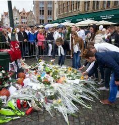 Vrienden van Mikey, onder wie leerlingen van de Hotelschool van Kortrijk, leggen bloemen neer op de plaats waar Mikey werd doodgestoken.