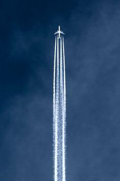 Ricardo; el trasporte aéreo recorre grandes distancias que nos permiten llevar mercancías a cualquier lugar del mundo el único problema es su elevado coste