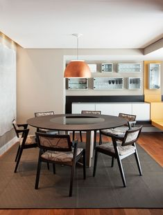 As arquitetas projetaram um móvel - executada pela Movelaria Paulista - para acomodar todos os copos e taças. Mesa de jantar da Brentwood com cadeiras da A Lot of Brasil (Foto: Célia Mari Weiss/Divulgação)