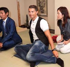 Haha Ronaldo trying to adapt to the Japanese culture☺️