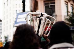 """Catraca do #MPL sendo carregada durante a manifestação.  Ato """"Chega de sufoco e corrupção: por um transporte público estatal de qualidade!"""" 14/08/2013. Foto: Susan Ritschel."""