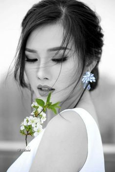 Black and White Photography of Women: How Take Beautiful Pictures – Black and White Photography Most Beautiful Faces, Beautiful Asian Women, Beautiful People, Beautiful Pictures, Asian Woman, Asian Girl, Color Splash, Color Pop, Belle Silhouette