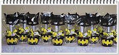 Centro de mesa do Batman, mascara de eva, o morcego em eva, cachepô preto, 6 desenhos do batman para colorir, uma caixa com 12 giz cera, 1 pirulito e uma ponteira para lápis. Obs: não acompanha o lápis. O valor é referente a unidade.    Peso: 145 gramas    Altura: 29 cm