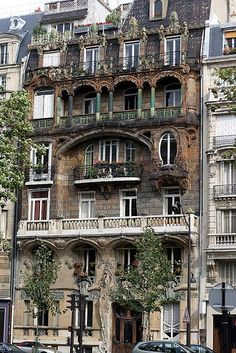 Architecture House Discover art nouveau building Paris apartments with Art Nouveau articulation and fenestration to house all styles Avenue Rapp) Beautiful Architecture, Beautiful Buildings, Beautiful Places, Paris Architecture, Building Architecture, Architecture Design, French Architecture, Futuristic Architecture, Classical Architecture