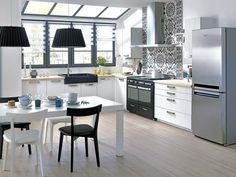 Una cocina en blanco y negro con vistas