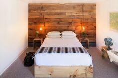 wooden paneling behind the bed, wooden wall, drewniana ściana, drewniana boazeria w sypialni, Wood Bedroom, Master Bedroom, Bedroom Ideas, Earthy Bedroom, Wooden Room, White Bedroom, Bedroom Furniture, Catskill Hotel, Cozy Cabin