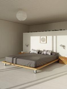 シンプルな内装にシンプルなベッド!キャスター付きだと、掃除の時にゴロゴロと動かせて便利です。ベッド下に溜まりがちな埃も大丈夫。 Home Bedroom, Bedroom Decor, Bedrooms, Bedroom Ideas, Calm Bedroom, Small Beach Houses, Bed Base, Diy Platform Bed, Japanese Platform Bed