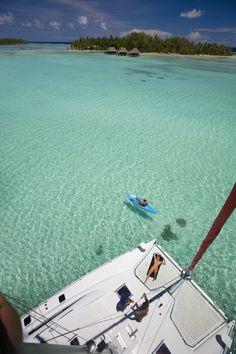 Sdraiati su un catamarano... una delle faticose attività che si possono svolgere in Polinesia.